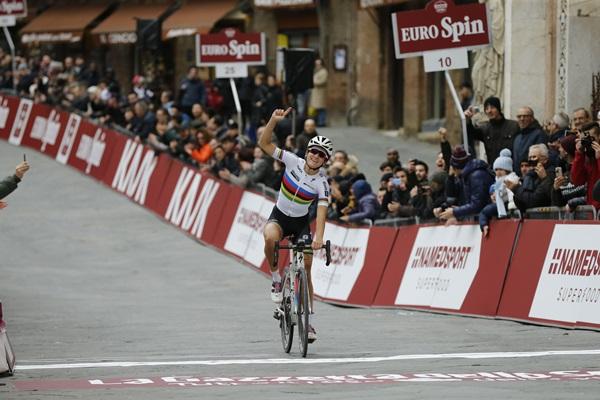 Lizzie Armitstead winning Strade Bianche (ANSA, PERI - CARCONI)